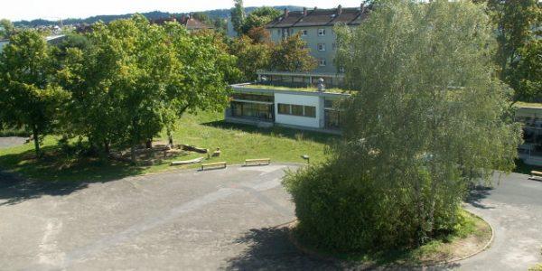 Schulhof mit NaWi – Trakt